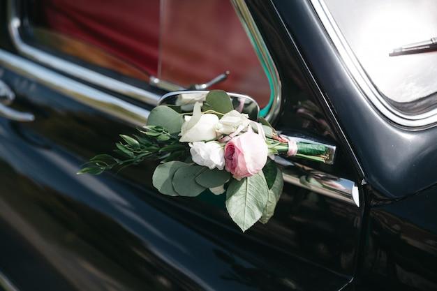 A decoração de um carro de casamento com flores