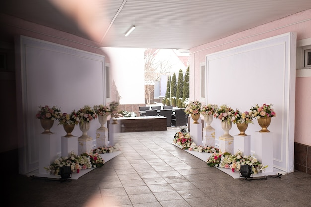 A decoração do evento. zona de foto branca com flores
