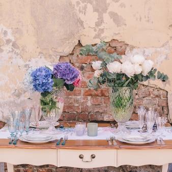 A decoração e mesa para uma refeição ou um feriado. utensílios de mesa