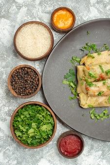 A deliciosa dolma de repolho da vista de cima consiste em carne moída com verduras no fundo branco.