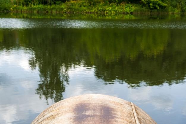 A descarga de águas residuais no rio. águas residuais da cidade