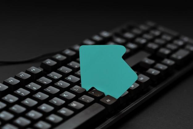 A digitação de guias tutoriais de blog úteis pesquisando estratégias online criando um site significativo
