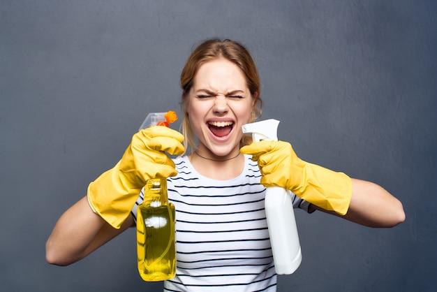 A dona de casa detergente trapos esponjas luvas de proteção