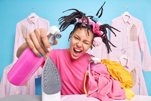 A dona de casa feliz desinfeta o quarto. conceito de atividade doméstica