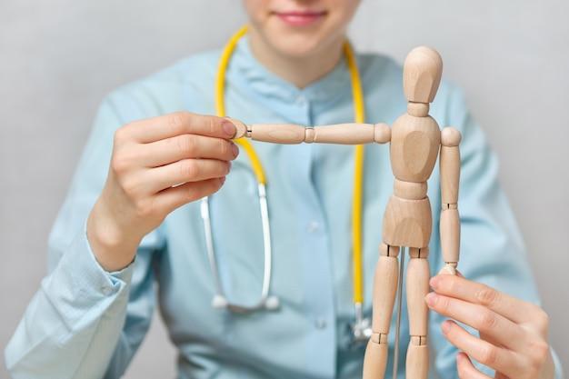 A doutora mostra abstratamente um ortopedista.