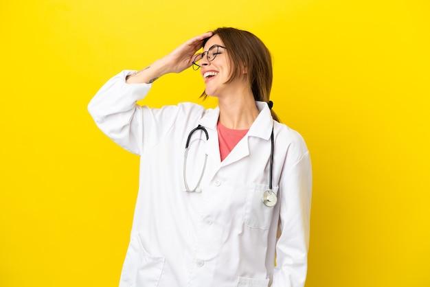 A doutora mulher isolada em um fundo amarelo percebeu algo e pretende a solução
