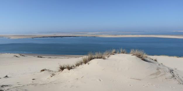 A duna de areia mais alta da duna de pilat na europa está localizada em la teste-de-buch pyla, na região da baía de arcachon, na frança