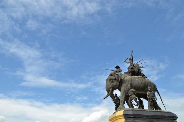 A, elefante, estátua, em, a, azul, céu, monumento rei, naresuan, em, suphanburi, província, em, tailandia
