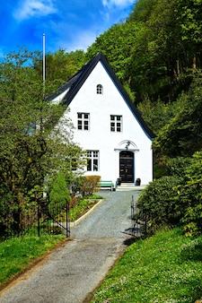 A elegante casa branca suburbana com telhado preto