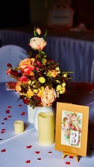 A elegante mesa de casamento pronta para o evento