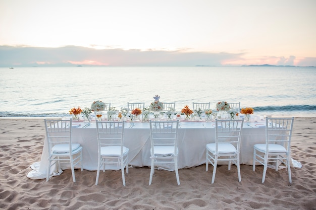 A elegante mesa de jantar.