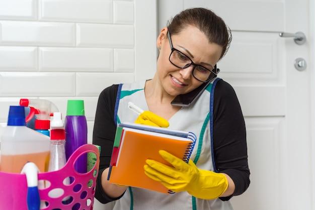 A empregada doméstica está limpando.