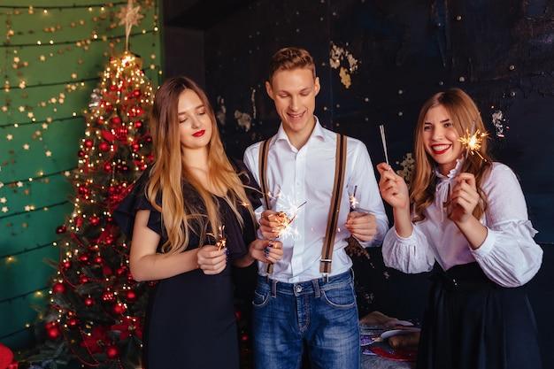 A empresa comemora o novo ano com luzes de bengala