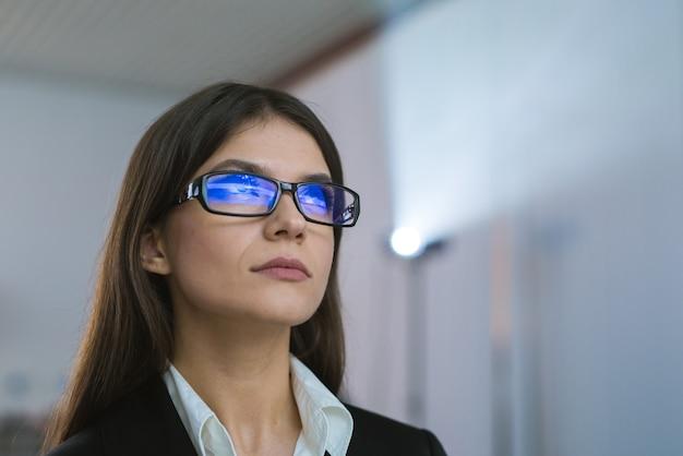 A empresária de óculos no contexto do projetor