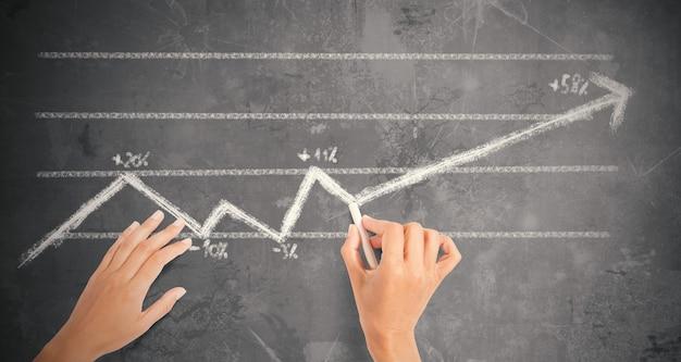 A empresária desenha uma linha de seta de tendência estatística com giz no quadro