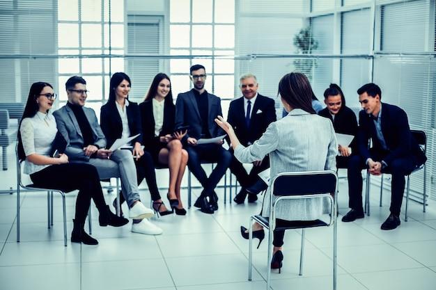 A empresária faz um relatório em uma reunião com a equipe de negócios. negócios e educação