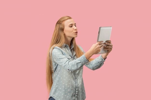 A empresária feliz com laptop vermelho na rosa
