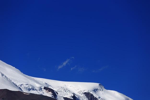 A encosta oeste do monte elbrus está coberta de neve. o lado norte das montanhas do cáucaso, na rússia.