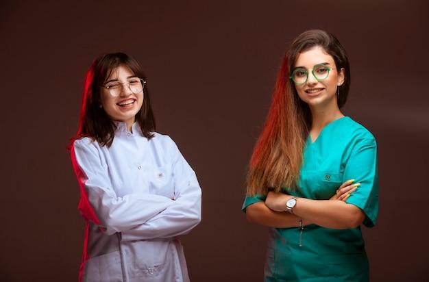 A enfermeira e o médico parecem profissionais e sorridentes.