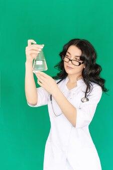 A enfermeira está segurando um frasco
