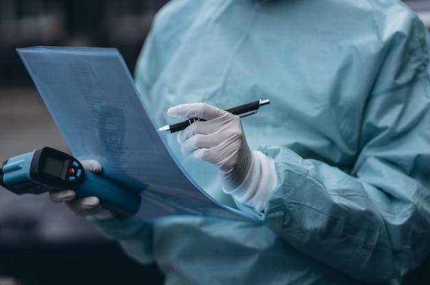 A enfermeira usa roupa de proteção e máscara durante o surto de covid19