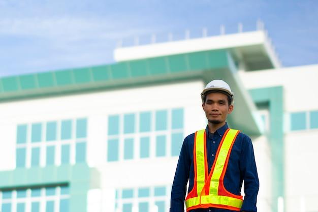 A engenharia usa um chapéu de segurança branco enquanto trabalha.