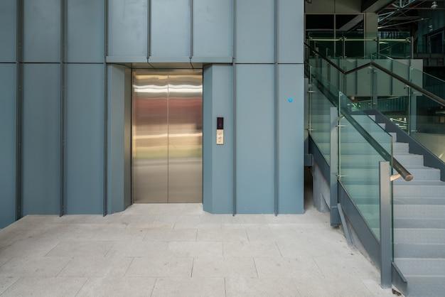 A entrada do elevador está no armazém da fábrica