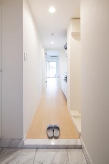 A entrada onde você pode tirar os sapatos e trocar de chinelos