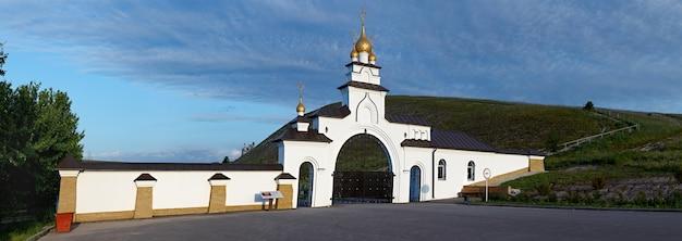 A entrada para a igreja ortodoxa esculpida na colina de giz.
