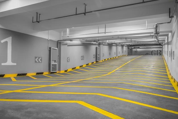 A entrada para um parque de estacionamento subterrâneo moderno