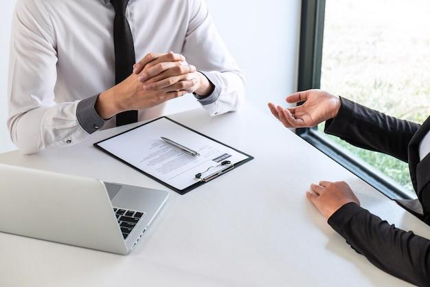 A entrevista de negócios considera e faz perguntas ao candidato, retoma a conversa durante sobre o perfil