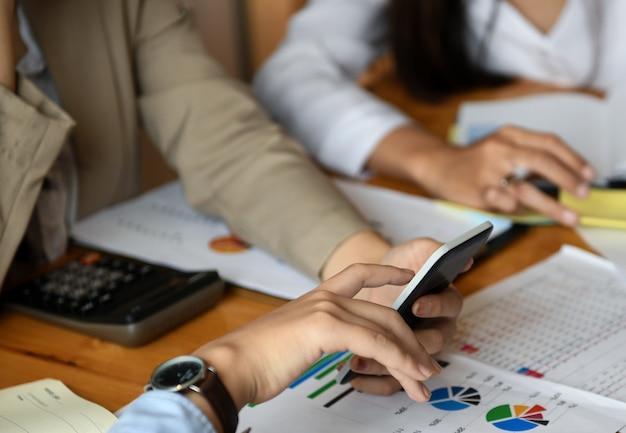 A equipe da equipe está planejando um trabalho para apresentar aos clientes.