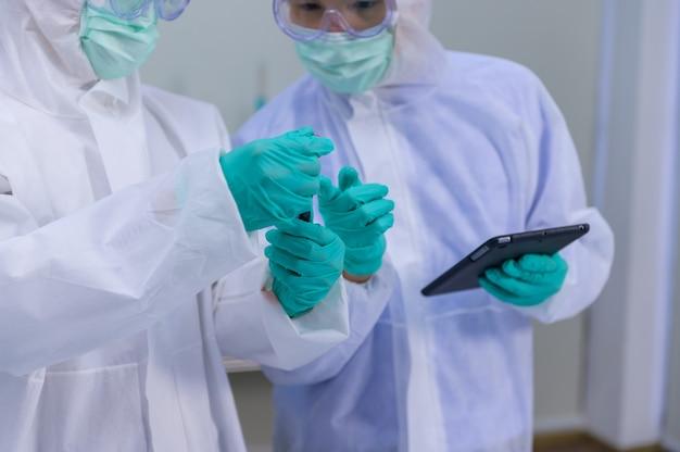 A equipe de cientistas está pesquisando a cura do coronavírus em laboratório. médico asiático trabalhando em uma vacina contra a infecção pelo vírus.