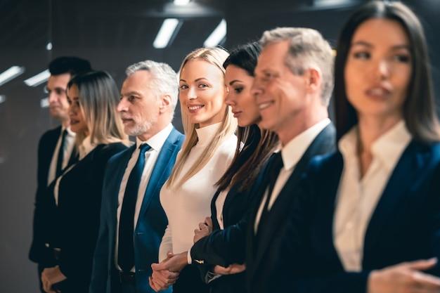 A equipe de empresários em pé