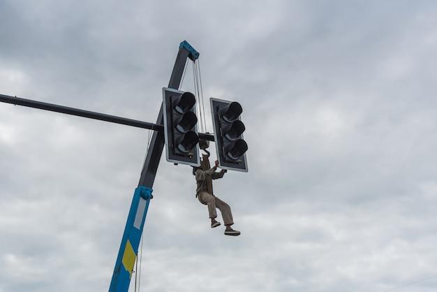 A equipe de reparadores de eletricistas diagnostica os semáforos
