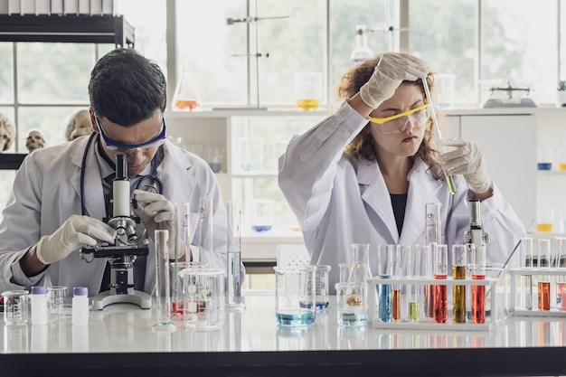 A equipe do cientista da pesquisa médica conduz experiências no laboratório.