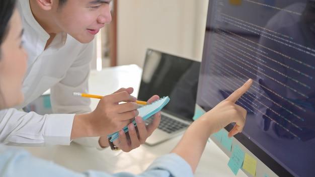 A equipe do programa está analisando o programa do computador.