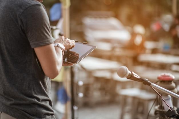 A equipe está ajudando a verificar os sons dos instrumentos para os músicos antes do início da música