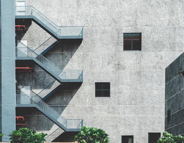 A escada ao lado do edifício é usada como uma escada de incêndio de emergência.