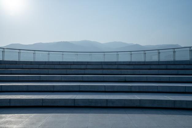 A escada do pátio de telhado e montanha