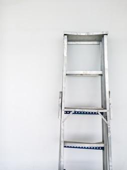 A escada dobrável de alumínio.