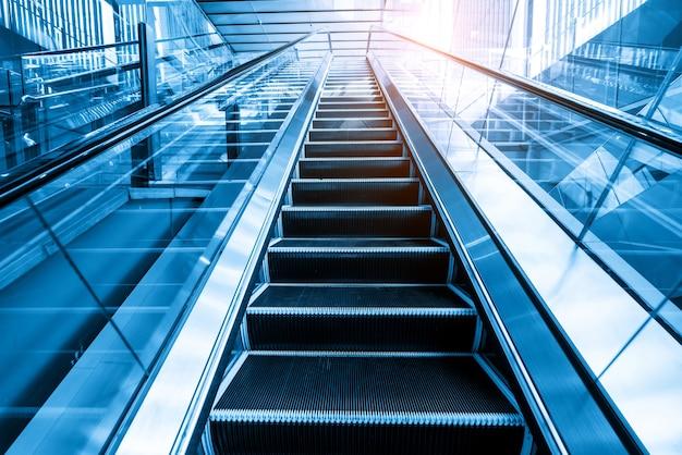 A escada rolante está no shopping
