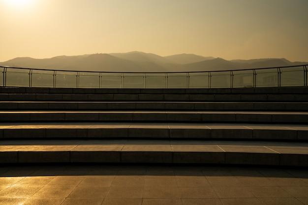 A escadaria do pátio do telhado e a montanha são fundo.