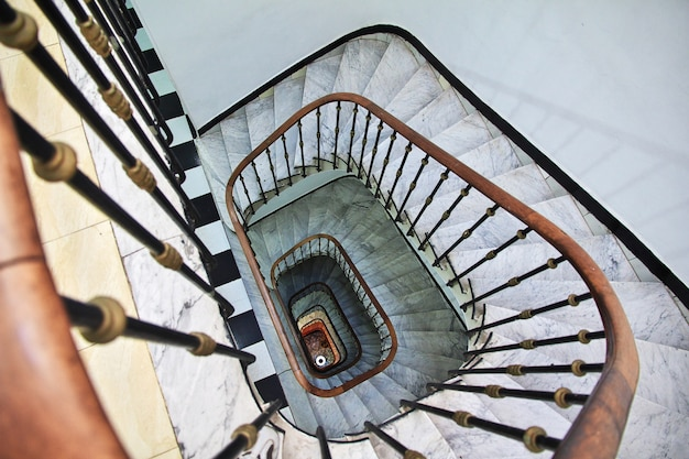 A escadaria vintage na cidade da argélia, no mar mediterrâneo, argélia
