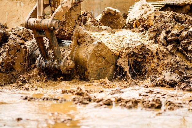 A escavadeira está dragando