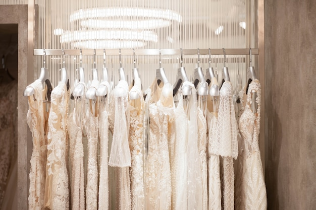 A escolha de vestidos de noiva na loja