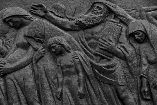 A escultura de março passado por nathan rapoport retrata a deportação em massa de judeus para os campos de morte
