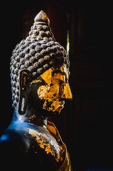 A, escuro, closeup, buddha, estátua, em, vista lateral, com, experiência preta