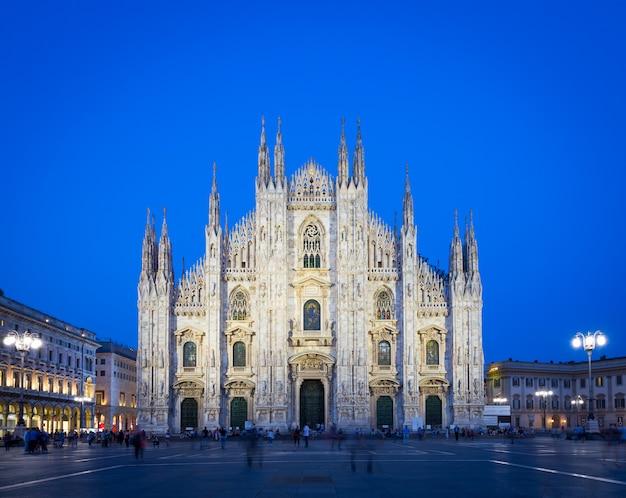 A espaçosa praça da cidade de milão, a piazza del duomo, deve seu nome à enorme igreja que a domina. hoje, a piazza é um ponto de encontro central, lar de muitos dos edifícios significativos da cidade.