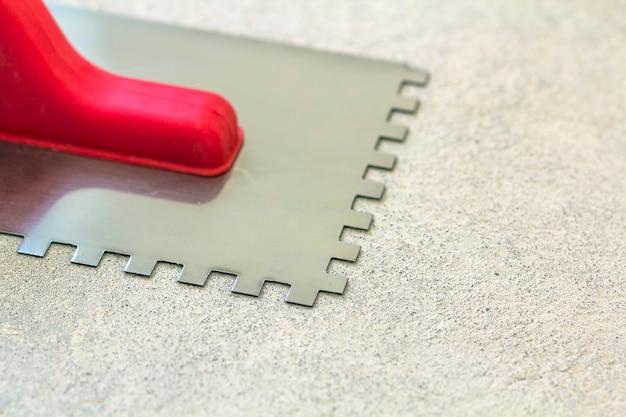 A espátula dentada de construção é uma ferramenta para trabalhos de instalação de ladrilhos